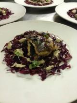Een rode kool salade met gebakken zeebaars